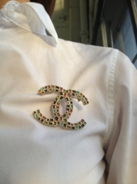~ A brooch to dress up a simple white blouse ~